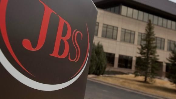 JBS. La compañía inició un proceso de desinversión para reducir deudas, tras verse vinculada a escándalos políticos.
