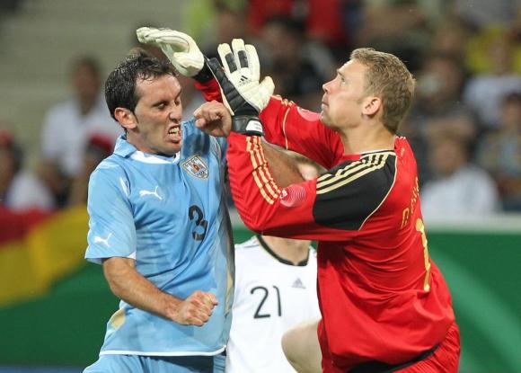 Diego Godín y Manuel Neuer en el amistoso entre Uruguay y Alemania en 2011. Foto: AFP