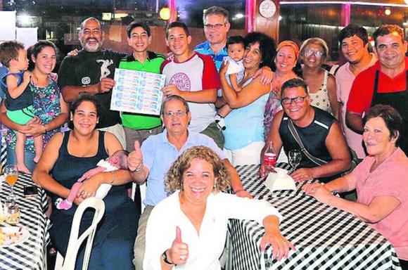 Empleados y clientes: la celebración en el Bar Leggi. Foto: Luis Pérez
