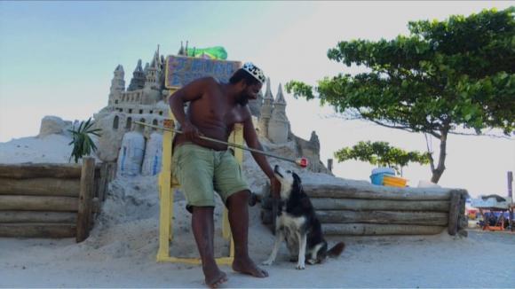 """Así es la vida del """"rey Marcio"""" en un castillo de arena en Rio de Janeiro"""