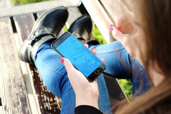 Los jóvenes que paran 'ligados' al celular son más infelices