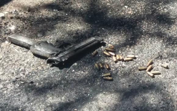 Se pudo localizar una pistola 9 milímetros con más de una decena de balas sin detonar. Foto. El País