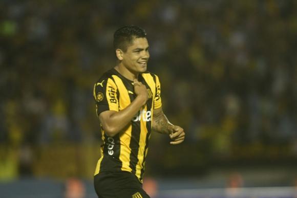 """El """"Toro"""" Gabriel Fernández festeja el gol de Peñarol en su debut clásico. Foto: Marcelo Bonjour"""