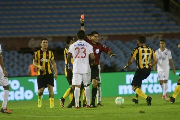 Otra tarjeta roja para Diego Polenta en un partido importante
