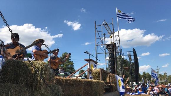 Marcos Ortiz y su conjunto en el acto del agro en Durazno. Foto: Mateo Vázquez