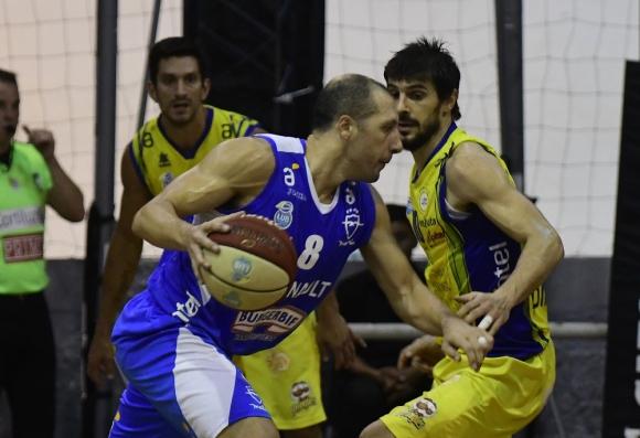 Nicolás Mazzarino es marcado por Leandro García Morales en el Malvín vs. Hebraica. Foto: Marcelo Bonjour