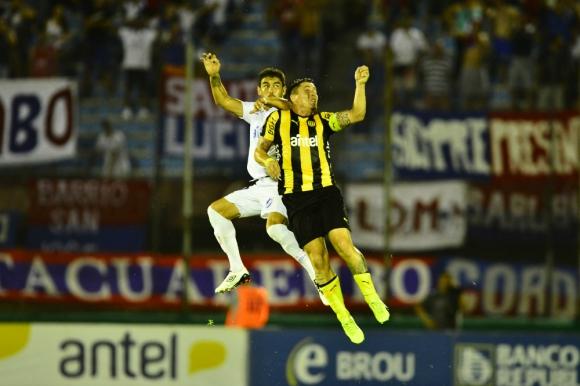 Luis Aguiar y Cristian Rodríguez en pleno vuelo para llegar a la pelota