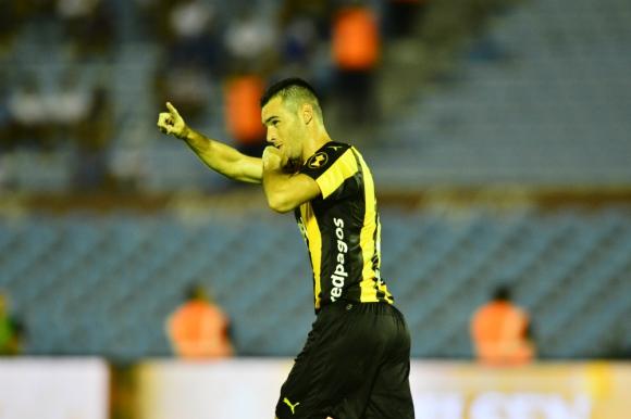 Fabricio Formiliano celebrando su gol clásico