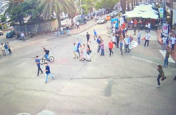 Parte de la pelea quedó registrada por cámaras de seguridad. Foto: Captura cámaras de seguridad