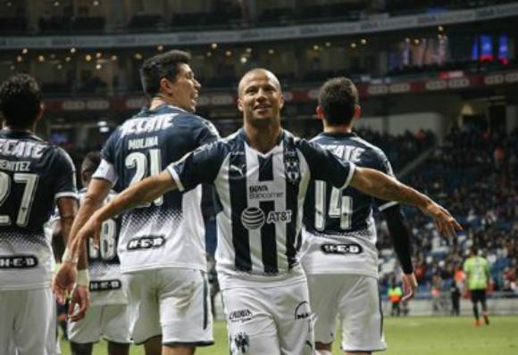 Carlos Sánchez celebra el gol de penal para Rayados de Monterrey