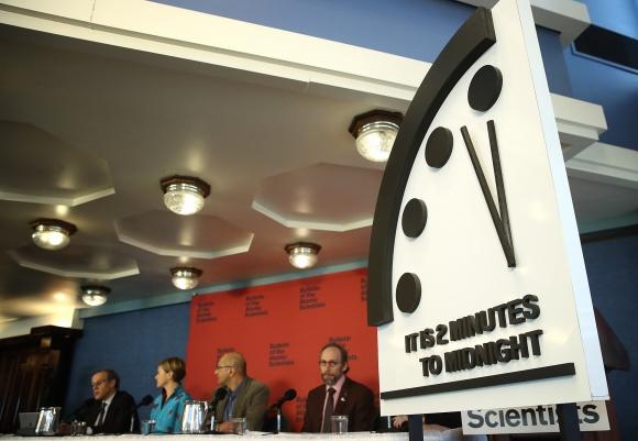 La Avanza Riesgo Media Dos A Noche Apocalíptico Reloj Minutos De Por ZPOXiukT