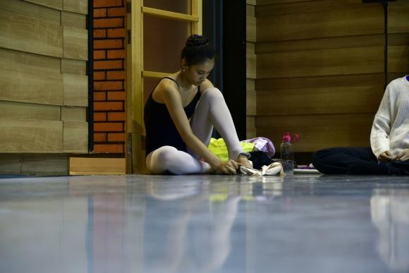 Tatiana Cruz, colocandose las zapatillas antes del ensayo en el Auditorio del Sodre. Foto: Fernando Ponzetto