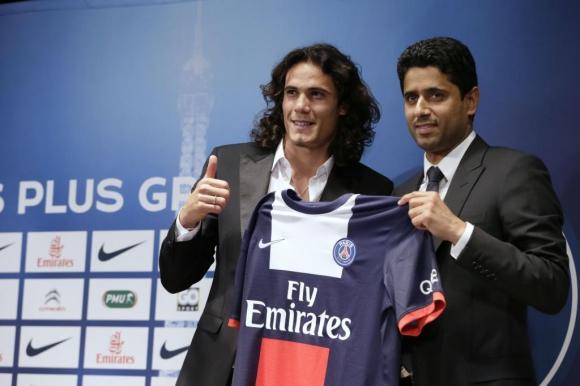 El 16 de julio de 2013, Cavani fue presentado en PSG por Nasser Al-Khelaifi. Foto: AFP