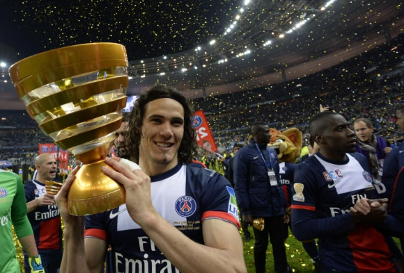 Cavani levantando el trofeo de la Copa de la Liga con PSG en su primera temporada en el club. Foto: AFP