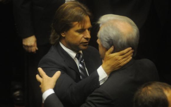 Lacalle Pou y Vázquez se saludan en la asunción del actual presidente. Foto: Francisco Flores