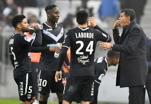 Gustavo Poyet le da las indicaciones a los jugadores de Bordeaux. Foto: AFP