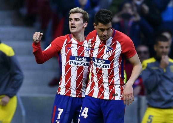 Antoine Griezmann festejando el gol del Atlético con José María Giménez. Foto: AFP