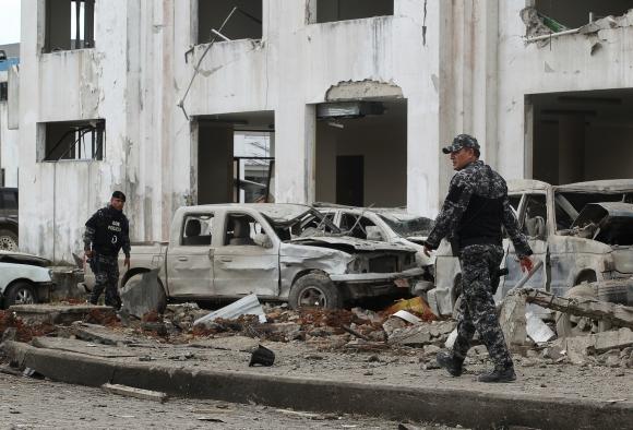 Un cuartel policial quedó prácticamente destruido en San Lorenzo (Ecuador). Foto: Reuters