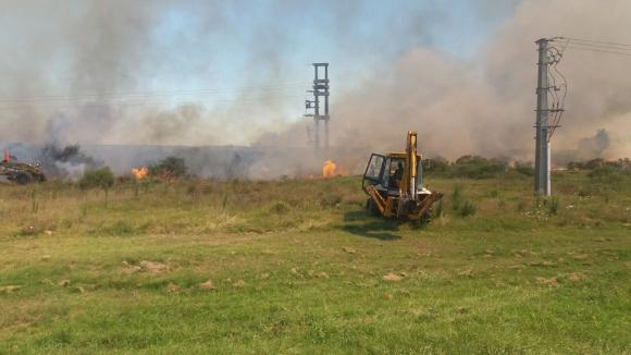 Bomberos trabaja para extinguir incendio. Foto: El País