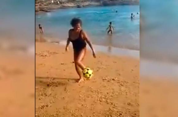 Señora hace jueguitos en la playa
