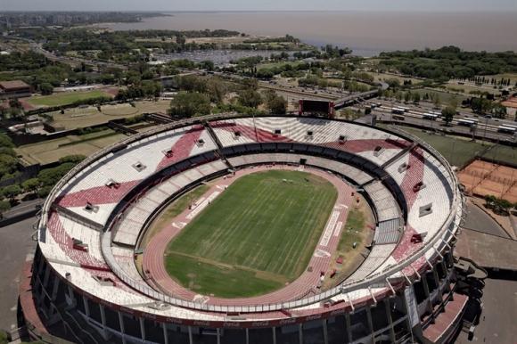 El campo de juego del Monumental al ser quemado. Foto: La Nación / GDA