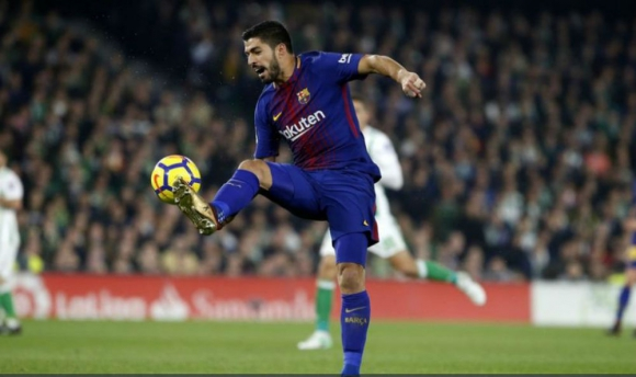Luis Suárez controlando la pelota para iniciar un ataque