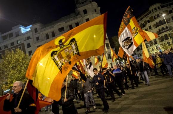 Bandera falangista en el aniversario de la muerte de Franco. Foto: AFP.