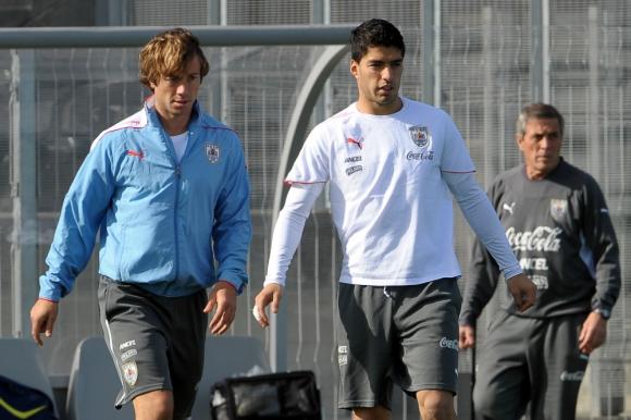 Diego Lugano y Luis Suárez. Foto: Archivo El País.