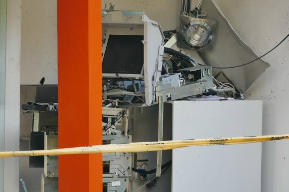Delincuentes hicieron explotar un cajero automático en Punta del Este. Foto: Ricardo Figueredo.