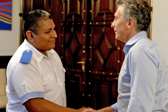 El mandatario recibió al agente de policía Luis Chocobar. Foto: La Nación | GDA