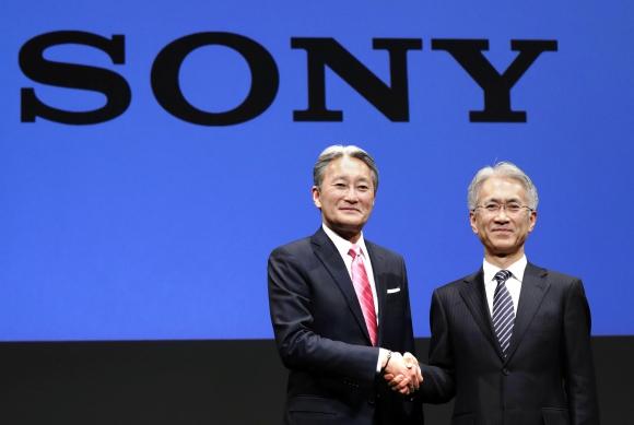 Recambio. El CEO saliente, Kazuo Hirai, saluda a su sucesor el hasta ahora director financiero de la compañía, Kenichiro Yoshida.