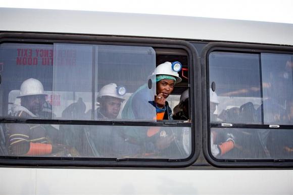 Un ómnibus traslada a los mineros rescatados en la mina Beatrix en Welkom. Foto: EFE