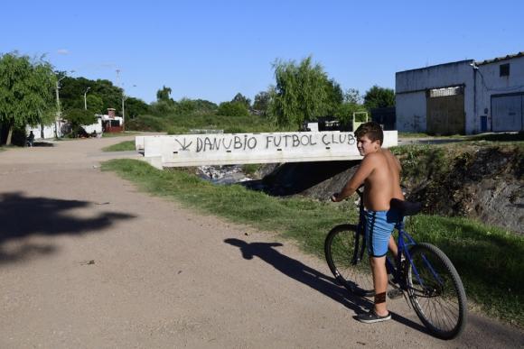 Las Acacias y Marconi están ahora conectados por dos puentes. Esto puso fin a la denuncia de que vecinos cobraban para ingresar. Foto: M. Bonjour