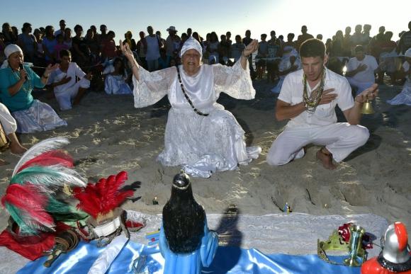 Miles celebran la fiesta de Iemanjá en playas de Montevideo. Foto: Fernando Ponzetto
