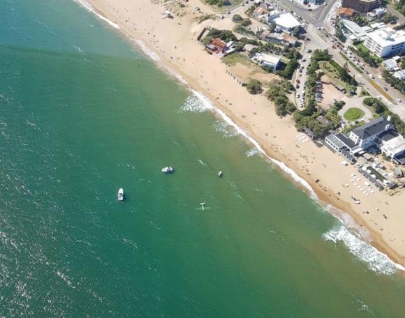 El avión se hundió a los pocos minutos de amerizar en la Playa Mansa. Foto: El País
