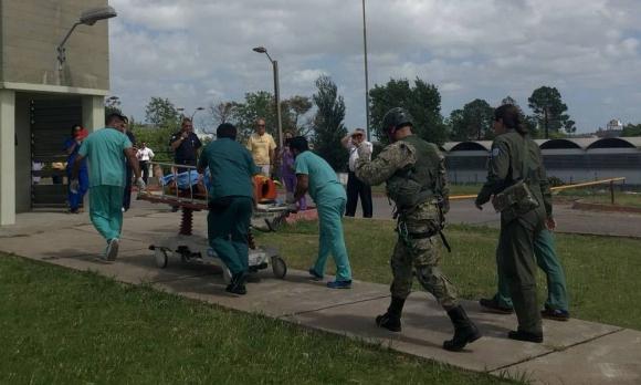 Traslado del piloto del avión accidentado en el Aero Club de Canelones. Foto: Fuerza Aérea Uruguaya