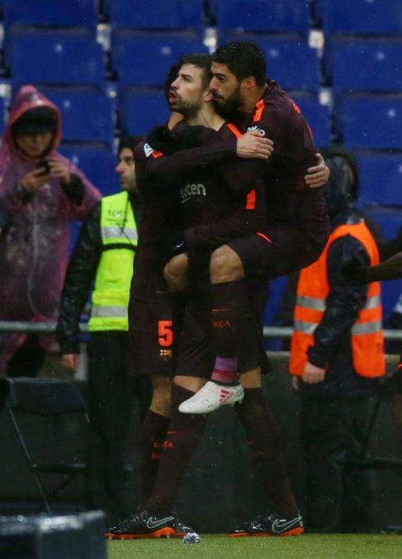 Gerard Piqué y Luis Suárez celebran el gol que permitió empatar el partido