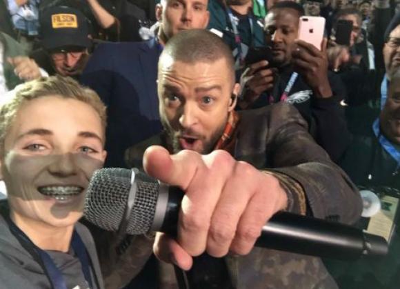 Se sacó una selfie con Justin Timerlake. Foto: Twitter @GMA