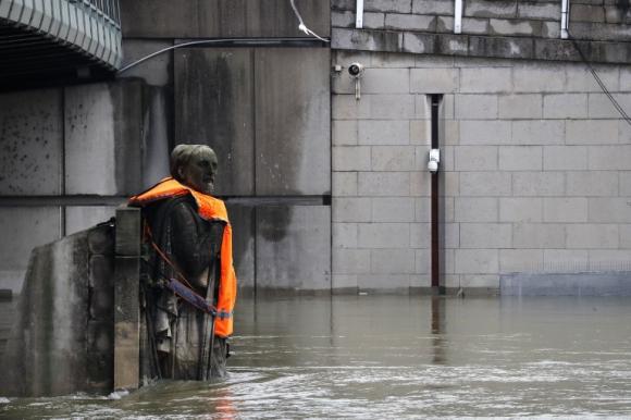 El zuavo, en el Puente del Alma de París, ahora luce un salvavidas. Foto: AFP