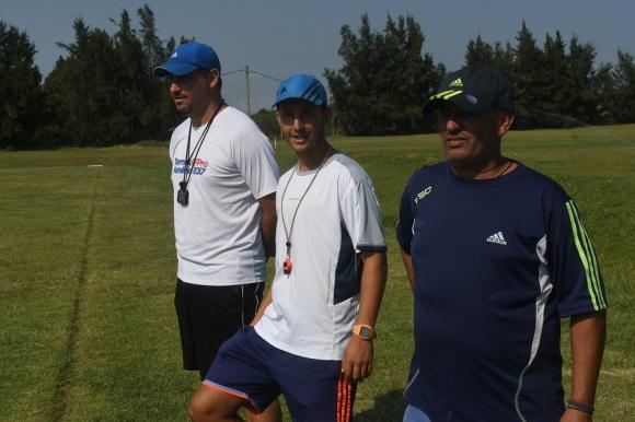 Juan Obelar, Ismael Rodríguez y Gabriel Rijo. El cuerpo técnico que trabaja en el equipo volante de la Mutual. Foto: Francisco Flores