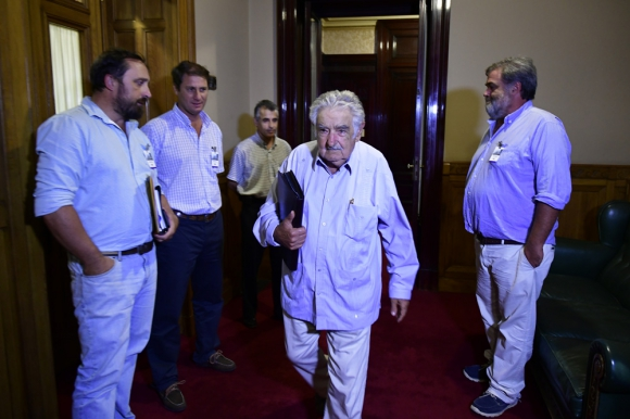 José Mujica se cruzó con los autoconvocados y no los saludó. Foto: Fernando Ponzetto
