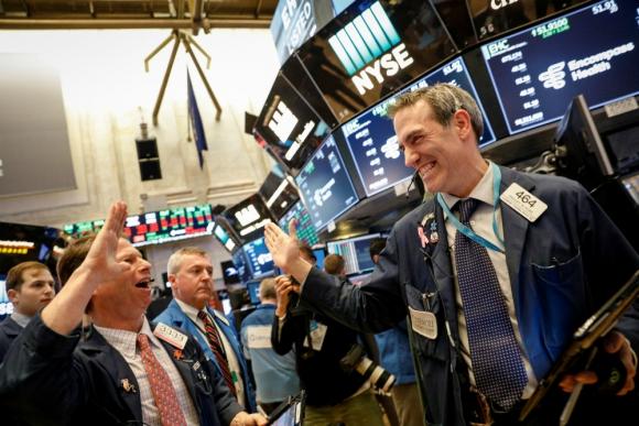 Operadores celebran el cierre de la jornada en la Bolsa de Nueva York. Foto: Reuters