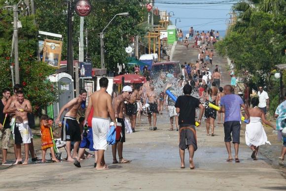 Miles de personas se congregan en la principal avenida de La Pedrera. Foto: R. Figueredo