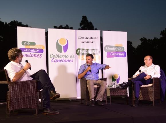 El publicista Claudio Invernizzi moderó la charla entre los intendentes Orsi y Martínez. Foto: M. Bonjour