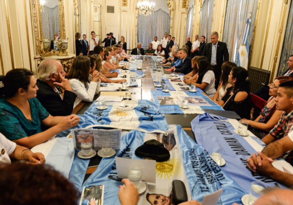 El ministro de Defensa reunido con los familiares de los tripulantes. Foto: Twitter @OscarAguadCBA