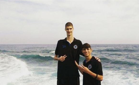 Robert Bobroczkyi, un chico de 17 años que mide 2,31 metros