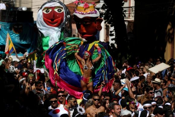 """Desde el viernes, las calles de Río está copadas por los """"blocos"""" que abrieron el Carnaval. Foto: Reuters"""