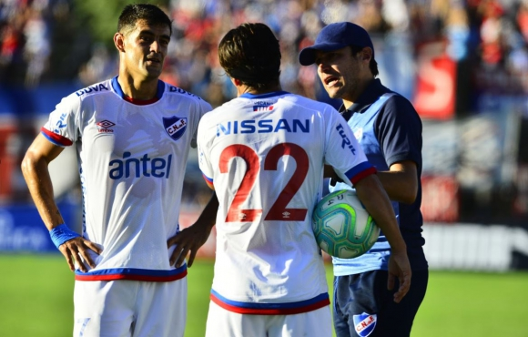 Luis Aguiar y Alfonso Espino dialogan con Alexander Medina. Foto: Gerardo Pérez