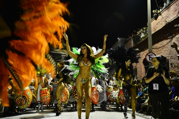 La vedette Giannina Silva con C 1080 abriendo el desfile. Foto: Gerardo Pérez