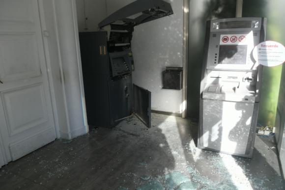 Cajero dañado por delincuentes en Pocitos. Foto: Francisco Flores.